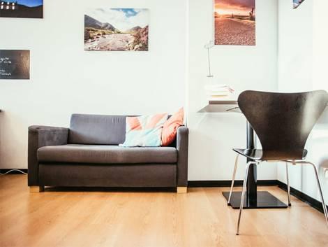 Nebenkostenabrechnung erstellen, Bodenfläche eines möblierten Zimmers, Foto: Patrick Daxenbichler/stock.adobe.com