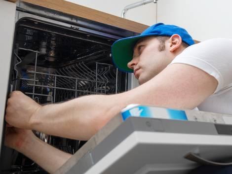 Nebenkostenabrechnung prüfen, Servicemitarbeiter wartet die Geschirrspülmaschine, Foto: dmitrimaruta/stock.adobe.com