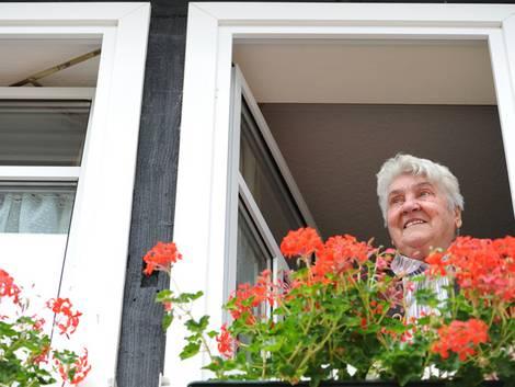 Einbruchschutz, Nachbarin sieht aus Fenster, Wachsamkeit, Foto: Haessler/fotolia.com