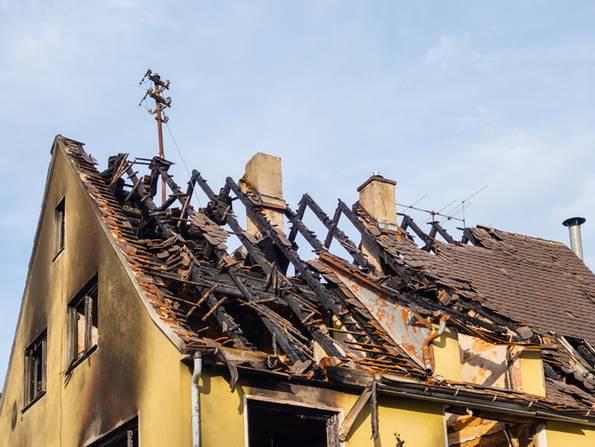 Gebäudeversicherung, abgebrannter Dachstuhl, Foto: pusteflower9024/stock.adobe.com