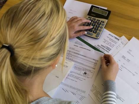 Nebenkostenabrechnung erstellen, Vermieterin berechnet die Nebenkostenpauschale, Foto: Gina Sanders/stock.adobe.com