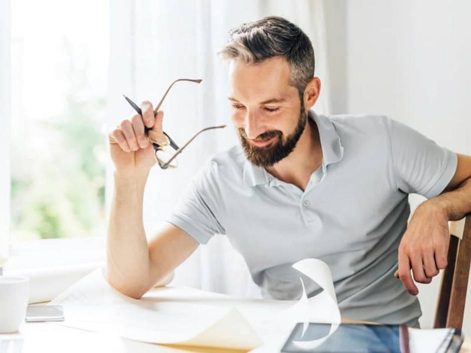 Nebenkostenabrechnung erstellen, Vermieter blickt auf die Abrechnung, Foto: iStock/Nikada