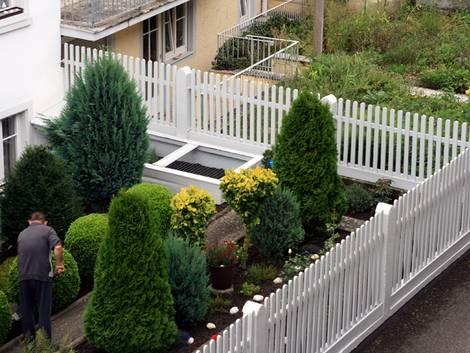 Grenzbepflanzung, Garten mit Zaun, Foto: iStock/rackermann