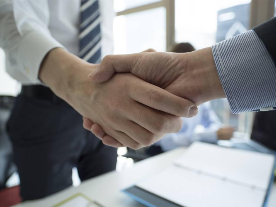 Nebenkostenabrechnung prüfen, zwei Personen schütteln sich die Hände, Foto: Monet/stock.adobe.com