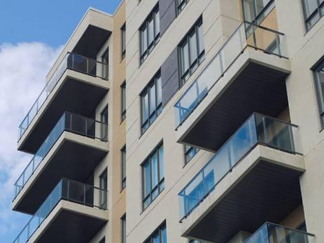 Nebenkostenabrechnung erstellen, Aussenabsicht auf Gebäude mit mehreren Balkonen, Foto: jacquesduro/stock.adobe.com
