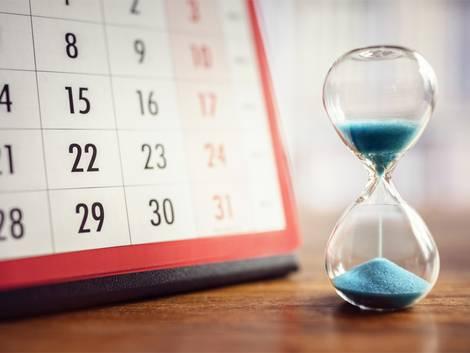Nebenkostenabrechnung prüfen, Neben einem Kalender steht eine Sanduhr, die abläuft, Foto: Brian Jackson/stock.adobe.com
