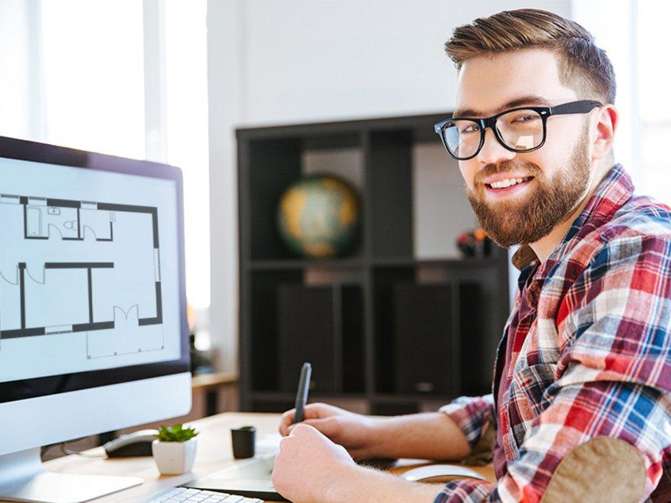 Ein Mann vor einem Computer, auf dem Monitor ist ein Grundriss zu sehen. Foto: adobe.stock.com / konstruktor1980/ Drobot Dean