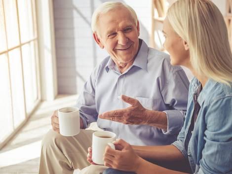 Vermietung Angehörige, Vorzugsmietzins, Steuerfalle, Opa und Enkeltochter beim Kaffeetrinken, Foto: VadimGuzhva / fotolia.de
