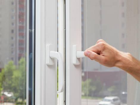 Einbruchschutz, gekipptes Fenster, Einbrecher, Nachlässigkeit, Foto: brizmaker/fotolia.com