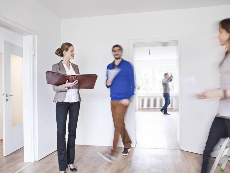 Maklerprovision, Immobilienmakler, Vertragsabschluss, Foto: Westend61/imago