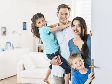 Nebenkostenabrechnung erstellen, vierköpfige Familie an der Wohnungstür, Foto: jackfrog/stock.adobe.com