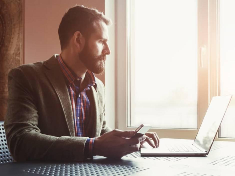 Mietzins anpassen, Mann vor Computer, Foto: Ivan Kruk/stock.adobe.com